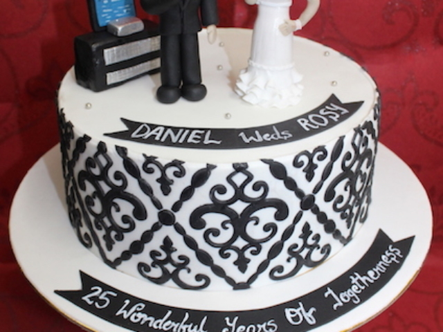 25th anniversary cake with 3D mom and dad figure in Pune